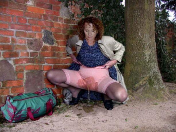 Порно фото деревенских старух в зассанных панталонах